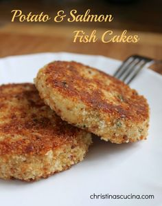 Easy, step by step salmon cakes (patties).