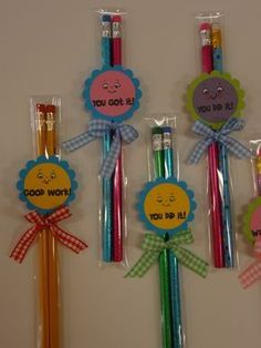 super easy gift for students! (This would be cute to give to my students the morning of a big test. Pencil Topper Crafts, Pencil Toppers, Craft Activities, Preschool Crafts, Children's Day Gift, Student Teacher Gifts, Good Luck Gifts, Back To School Gifts, Art N Craft