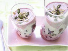 Beeren-Joghurt-Schichtdessert - mit Kerne-Mix - smarter - Kalorien: 165 Kcal - Zeit: 15 Min. | eatsmarter.de Farbenfroh und gesund!