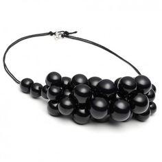 """Diese luxuriöse kurze Perlenkette """"Pearl Lux"""" in Schwarz mit einer Vielzahl an Porzellanperlen ist aus dem Hause Louise Kragh."""