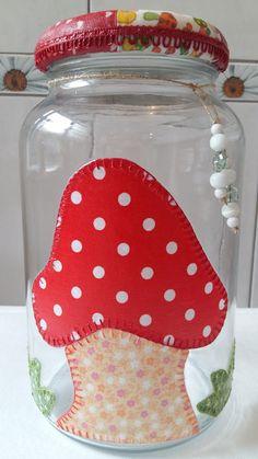 Pote de vidro em patchwork, utilitário e decorativo, com aplicação de decoupage em patchwork. Tampa revestida com biscuit e decoupage de tecido.  O modelo do vidro, é de palmito, com a tampa de boca larga, que mede 10 cm (a tampa é de metal).