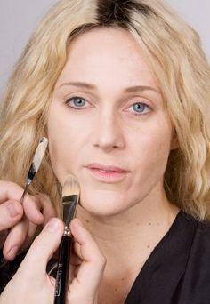 Schritt 1: Grundierung - Lidschatten in Grün - Für einen ebenmäßigen Hautton das Gesicht zunächst mit einem Make-up grundieren, das dem natürlichen Hautton entspricht. Bei unserem Model wurden die Partien unterhalb der Wangenknochen...
