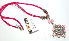 Cód: CN115  Tam: 40 cm    Colar com fio de poliéster pink e pingente prateado com chatons de resina e strass....