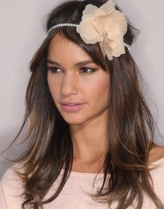 Love Her Hair and Headband.very cute and simple style! Holiday Hairstyles, Trendy Hairstyles, Straight Hairstyles, Cute Headbands, Headband Styles, Flower Headbands, Vintage Headbands, Long Hair Cuts, Long Hair Styles