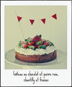Gâteau au chocolat et poivre rose, chantilly et fraises