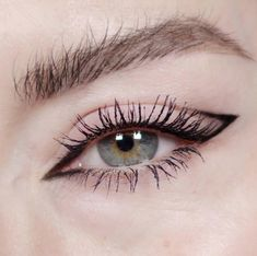 8 Easy Minimal Eye Makeup Looks That Will Turn Heads - UK - - Looking to spice up your makeup routine and turn heads? Check out these super easy minimal eye makeup looks that will certainly impress! Edgy Makeup, Makeup Eye Looks, Cat Eye Makeup, Skin Makeup, Makeup Inspo, Eyeshadow Makeup, Makeup Tips, Makeup Ideas, Grunge Makeup