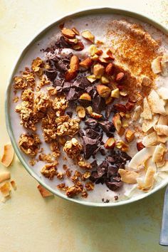 This incredibly flavorful variation on your morning chocolate smoothie will soon be a new favorite for you and your family. Maple syrup l. Chocolate Almond Milk, Mexican Chocolate, Chocolate Flavors, Chocolate Curls, Chocolate Recipes, Smoothie Bowl, Smoothie Recipes, Vegan Smoothies, Basic Oatmeal Recipe