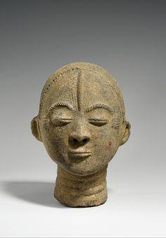 Memorial Head (Nsodie) century Geography:Ghana Culture:Akan peoples Medium:Terracotta, roots, quartz fragments Dimensions:H. Plaster Sculpture, Sculpture Art, Ghana Culture, African Culture, Famous Sculptures, Art Criticism, Art Premier, Art Africain, Greek Art
