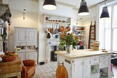 Love the rustic counter and those floors. Cozinha Shabby Chic, Shabby Chic Kitchen, Cottage Kitchens, Home Kitchens, Country Kitchens, Industrial Chic, Kitchen Dinning, Kitchen Decor, Dining