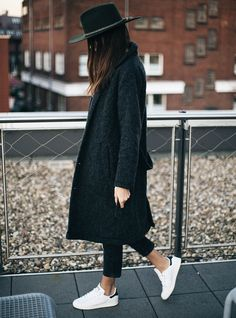 tenue avec stan smith, chapeau noir, manteau long, cheveux marron