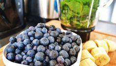 Vind deze heerlijke smoothie op janedoe.nl! Handje spinazie, hand bosbessen, een banaan en blenden maar! Happy Smoothie Life!