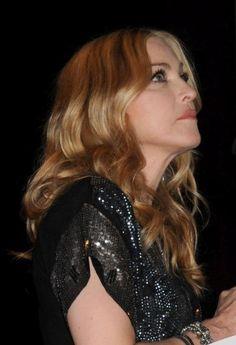Madonnas wavy, blonde hairstyle