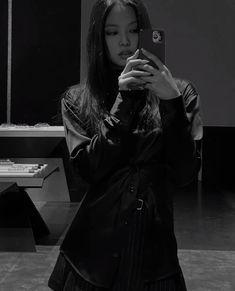 Kim Jennie, Black Pink Jennie Kim, Black Pink Songs, Black Pink Kpop, Fille Indie, Jen Videos, Kpop Girl Bands, Black Pink Dance Practice, Black Aesthetic Wallpaper