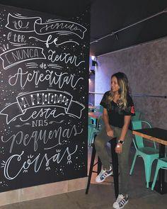 O segredo é ter FÉ e nunca deixar de ACREDITAR. 🙏🏻 Eu juro que tentei mais de 10x escrever aqui sobre a minha felicidade... Infelizmente… Kitchen Chalkboard, Chalkboard Lettering, Brush Lettering, Lettering Design, Different Lettering Styles, Lounge Design, Modern Typography, Posca, Wall Treatments