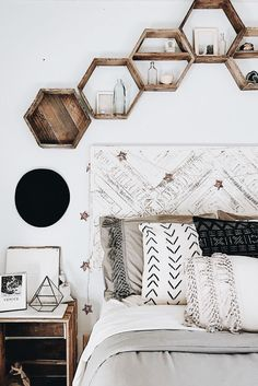 a boho or minimalist room with neutral colours. hexagon shelves which are a grea. - In·te·ri·eur - a boho or minimalist room with neutral colours. hexagon shelves which are a grea. - In·te·ri·eur - Comfy Bedroom, Bedroom Inspo, Diy Bedroom, Gray Bedroom Decor, Decorating Walls In Bedroom, Bedroom Inspiration, Bedroom Wall, Chic Bedroom Ideas, Girls Bedroom