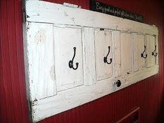 riutilizzare vecchie porte in stile shabby chic appendiabiti