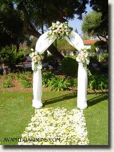 Quelques arches pour une décoration de mariage en exterieur http://yesidomariage.com - Conseils sur le blog de mariage