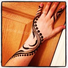 #mehndi #henna - I love the simple elegance of this design - all that negative space!