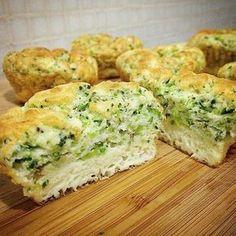 Muffin de Brócolis com 3 Ingtedientes! Pré-aqueça o forno a 190°. Em uma vasilha misture: 4 ovos inteiros, 1 xícara de brócolis (só as flores picadas) e ½ xícara de queijo parmesão ralado ou outro queijo de sua preferência. Tempere com sal e pimenta a gosto. Coloque nas forminhas de muffins ou faça bolinhas com a ajuda de uma colher e leve ao forno de 12 a 15 minutos, até que o ovo esteja assado.