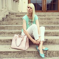This time I was totally in mint mood. I really love the combination of mint blue and white. And because I had to interview some people for my newspaper I've chosen ballet flats. I wish you a …
