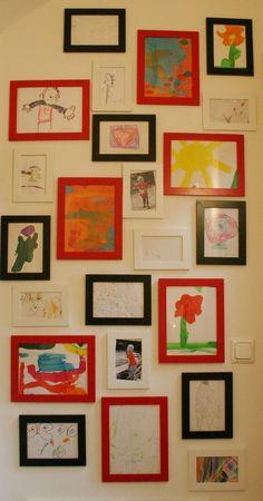 Mit der Zeit sammeln sich so allerhand Kunstwerke an – aus dem Kindergarten, vom eigenen Küchentisch … Und auch kleine Künstler wollen entsprechend wertgeschätzt werden. Daher war ich auf der Suche nach einer Möglichkeit, wie man Kinderzeichnungen halbwegs preisgünstig und trotzdem ästhetisch ansprechend präsentieren kann. Und hier ist unsere Lösung: Eine Bildergalerie mit unterschiedlichen Rahmenfarben …