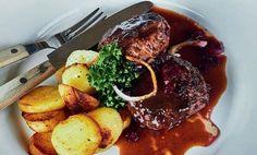 Biff à la Lindström på mitt vis med örtsmör, stekt potatis, sky, senap och en persiljekvist.