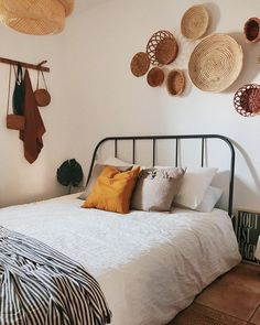 Bohemian Bedroom Decor Ideas - Wish to include funky style to your bed room? Take into consideration making use of bohemian, or boho, style motivation in your next room redesign. Ikea Bedroom, Small Room Bedroom, Trendy Bedroom, Bedroom Apartment, Small Rooms, Bed Rooms, Girl Rooms, Apartment Design, Bohemian Style Bedding