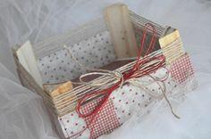 En la parte de arriba para que quedase un poco más rústica ¡aún¡ le puse este cordel, y además le puse un lazo de color granate de un cinta de sisal que deshilaché para sacar unas cuanta hebras. Wooden Case, Wooden Boxes, Little Nice Things, Home Crafts, Diy And Crafts, Fruit Box, Do It Yourself Crafts, Wood Crates, Sewing Box