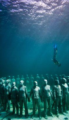 Die Skulpturen von Jason deCaires Taylor stehen in keiner Galerie – sondern auf dem Meeresgrund. Dadurch ist die Kunst stetigem Wandel, beeinflusst von den Kräften des Wassers und den Meerestieren. Weitere Bilder und Infos: http://www.travelbook.de/welt/Spektakulaerer-Unterwasserpark-Wo-Kunst-von-der-Natur-geformt-wird-508277.html  (Credit: www.jasondecairestaylor.com)