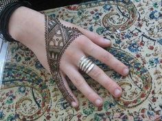 Mehndi is one of the women's craziest art which is applied to hands & palms. Here are some mind blowing back hand mehndi designs to try in have a look Henna Tatoo, Henna Body Art, Henna Art, Arabic Henna, Hand Henna, Back Hand Mehndi Designs, Simple Mehndi Designs, Mehandi Designs, Mehndi Mano
