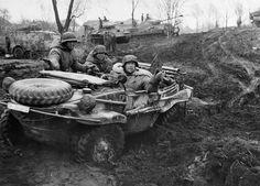 """historicaltimes: """"soldados alemanes que viajaban en un'Schwimmwagen', una versión militar anfibio del Volkswagen Beatle. Con más de 15.000 viendo servicio durante la Segunda Guerra Mundial, es el vehículo anfibio más producido en la historia. 1944."""""""