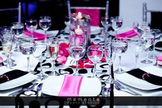 Fucsia y negro. Quién dijo que no? Table Decorations, Home Decor, Weddings, Hot Pink, Centerpieces, Black, Decoration Home, Room Decor, Home Interior Design