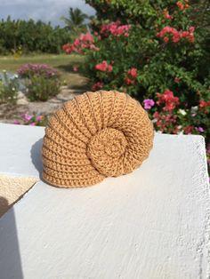 Ammoniet schelp haken Crochet Toys, Knit Crochet, Crochet Stitches, Crochet Patterns, Diy And Crafts, Arts And Crafts, Crochet Ornaments, Free Pattern, Couture