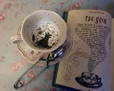 The Grim Teacup - Harry Potter Hogwarts Divination Real Tea Leaves Harry Potter Gifts, Harry Potter Fandom, Harry Potter Hogwarts, Harry Potter Memes, Hogwarts Mystery, Harry Potter Accessories, Movies And Series, Harry Potter Pictures, Harry Potter Wallpaper