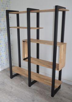 Etagère bois et métal au design contemporain. Réalisée sur-mesure par Hewel mobilier, cette étagère moderne est composée d'acier et d'éléments en chêne