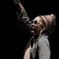 Domenica 10 febbraio 2013 per Aperitivo in Concerto al teatro Manzoni di Milano Dee Alexander in un travolgente progetto dedicato alla musica del leggendario cantante e interprete James Brown, uno dei grandi padri del soul e del...