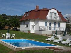 In de badplaats #Gyenesdiás aan het #Balatonmeer liggen op dit perceel twee identieke vakantiehuizen met een gezamenlijk zwembad (8.00 x 3.50 x 1.40). In beide huizen zijn 2 appartementen die door ieder met 6 personen kunnen worden bewoond. Ideaal voor 2 families of met vrienden op vakantie!