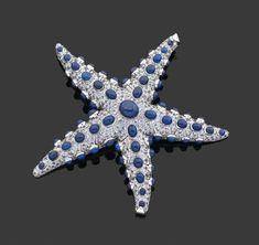 René Boivin  Création contemporaine Modèle «Etoile de Mer». Grande broche articulée ornée de cabochons de lapis-lazuli sur un pavage de saphirs bleu-clair. Monture en or gris 18 karats. Travail français. Signée. Largeur: 11,3 cm. Poids: 104 g