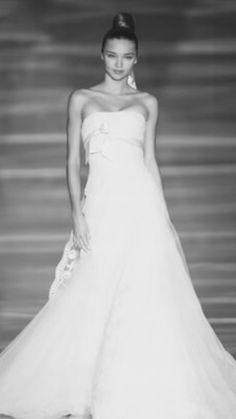01. Linha A. Silhueta simples, que vai abrindo e formando um A. Este tipo de vestido de noiva favorece a maioria dos corpos e das silhuetas femininas, sendo por isso muito popular.