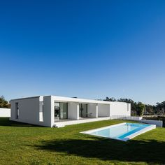 House Touguinhó III is a minimalist residence located in Vila do Conde, Portugal, designed by Raulino Silva Architect Moderne Pools, Modern House Design, Villa Design, White Houses, Pool Designs, Contemporary Architecture, Beautiful Homes, Beautiful Gardens, Portugal