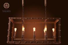 Een robuust, industrieel karakter. Ideaal voor boven een grote eikenhouten eettafel. Een kruising tussen landelijk en industrieel, deze grote metalen hanglamp is een echte blikvanger! De lampenkapjes kunnen verwijderd worden en met acht warme kooldraadlampjes komt deze industriële lamp helemaal goed tot zijn recht.