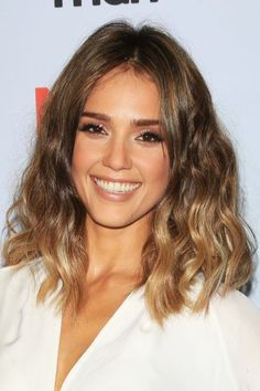 Jessica Alba makeup and grown out lob