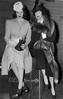 1945 - Gloria Vanderbilt and her aunt, Gertrude Vanderbilt Whitney - fondly known in New York society as Glo and Gert - sitting on top of a Louis Vuitton trunk after returning from a cruise. Gloria Vanderbilt, Vanderbilt Houses, Cornelius Vanderbilt, Howard Hughes, Holly Golightly, Anderson Cooper Mother, 1940s Fashion, Vintage Fashion, People