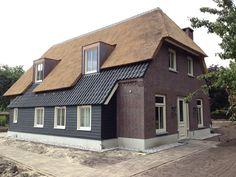 Landelijke woning met rietendak en potdeksel