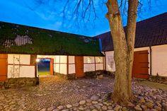 Den här skånegården strax utanför Malmö är allt igenom ett riktigt drömboende. Från den varsamt renoverade interiören till den magiska helt kringgärdadade innergården.