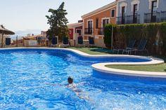 ¿Nos bañamos? 💦 Ven a disfrutar de nuestras instalaciones.  ##PuebloAcantilado #PuebloAcantiladoSuites #ElCampello #Apartamentos #Resort #Suites #Vacaciones #Casasdecolores #CostaBlanca  #EsMediterraneo #piscina #swimmingpool