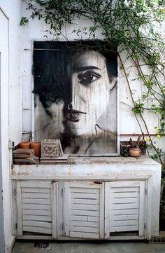 Breng binnenmeubilair naar buiten. Geef een oud meubel een lek waterdichte verf zodat het weer en wind verdraagt.