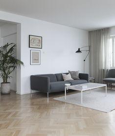 Wohnzimmer Skandinavisch Finnisch Modern Minimalistisch Reduziert Monochrom  Schlicht Einrichten Graues Sofa Couchtisch Teppich Beige Leuchte  Zimmerpflanze