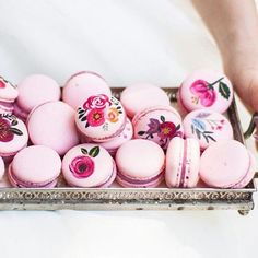 Hand-painted macarons - roses and floral designs French Macaroons, Raspberry Macaroons, Cute Food, High Tea, Let Them Eat Cake, Food Art, Cake Decorating, Sweet Treats, Creations