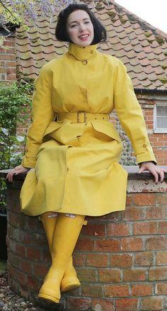 Beautiful yellow rubber riding mac and yellow Hunter wellington boots. Pvc Raincoat, Yellow Raincoat, Hooded Raincoat, Raincoat With Hood, Wellies Rain Boots, Hunter Wellies, Hunter Boots, Raincoats For Women, Outerwear Women